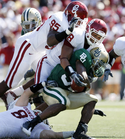 Jay Finley is brought down by Alan Davis (95) and Travis Lewis (28) in the first half during the college football game between Oklahoma (OU) and Baylor University at Floyd Casey Stadium in Waco, Texas, Saturday, October 4, 2008.   BY STEVE SISNEY, THE OKLAHOMAN