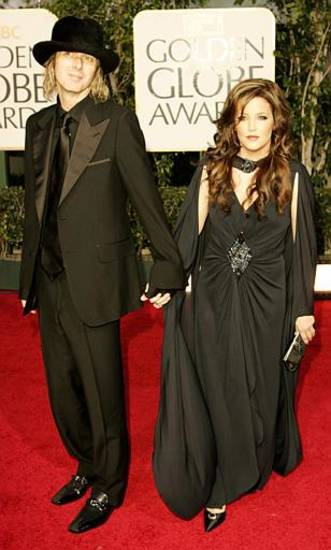 Lisa Marie Presley and Michael Lockwood arrive at the 62nd Annual Golden Globe Awards on Sunday, Jan. 16, 2005, in Beverly Hills, Calif.  (AP Photo/Kevork Djansezian)