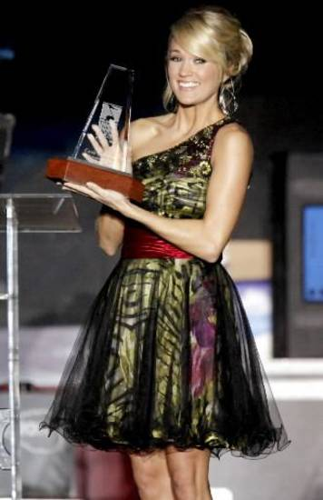 Carrie Underwood accepting her award at the Oklahoma Music Hall of Fame (photo by Bryan Terry, The Oklahoman)