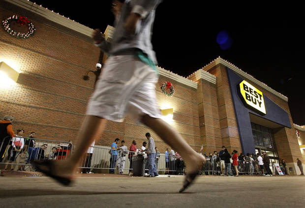 CORRECTS BYLINE - Shoppers stand in line outside a Best Buy department store as another rushes to join in before the store's opening at midnight for a Black Friday sale Thursday, Nov. 22, 2012, in Arlington, Texas. (AP Photo/Tony Gutierrez)