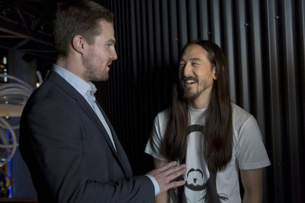 "Arrow -- ""The Huntress Returns"" -- Image AR117a_0698b -- Pictured (L-R): Stephen Amell and Steve Aoki -- Photo: Jack Rowand/The CW -- © 2013 The CW Network. All Rights Reserved"