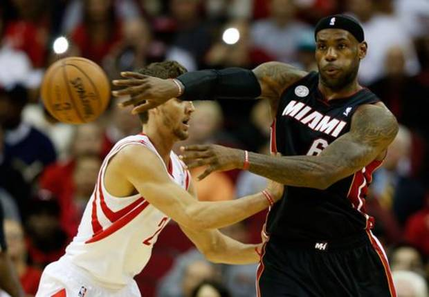 HOUSTON, TX - NOVEMBER 12:  LeBron James #6 of the Miami Heat passes against Chandler Parsons #25 of the Houston Rockets at the Toyota Center on November 12, 2012 in Houston, Texas. NOTE TO USER: User expressly acknowledges and agrees that, by downloading and or using this photograph, User is consenting to the terms and conditions of the Getty Images License Agreement.  (Photo by Scott Halleran/Getty Images)