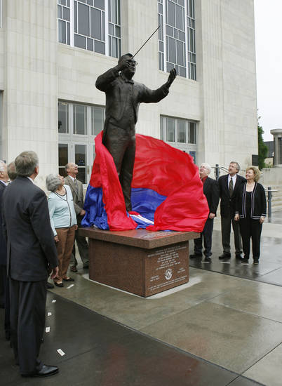 UNVEILED, UNVEILING: Various OKC dignitaries unveil a statue of Joel Levine, music director of the Oklahoma City Philharmonic, in front of the Civic Center Music Hall in downtown Oklahoma City, Okla., Thursday, May 3, 2007. Photo by Paul Hellstern / The Oklahoman. ORG XMIT: KOD