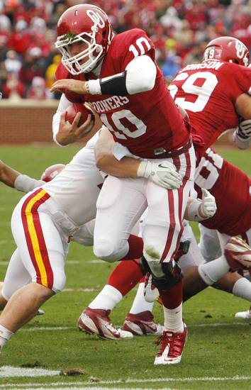 Oklahoma's Blake Bell (10) runs during a college football game between the University of Oklahoma Sooners (OU) and the Iowa State University Cyclones (ISU) at Gaylord Family-Oklahoma Memorial Stadium in Norman, Okla., Saturday, Nov. 26, 2011. Photo by Steve Sinsey, The Oklahoman
