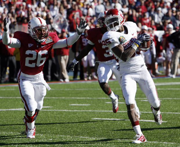 Ryan Broyles catches a Landry Jones pass for a touchdown during the first half of the Brut Sun Bowl college football game between the University of Oklahoma Sooners (OU) and the Stanford University Cardinal on Thursday, Dec. 31, 2009, in El Paso, Tex.   Photo by Steve Sisney, The Oklahoman