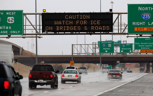 Winter weather will begin affecting road conditions as temperatures drop and freezing rain moves through the Oklahoma City area Thursday,  Jan. 28, 2010. Photo by Jim Beckel, The Oklahoman