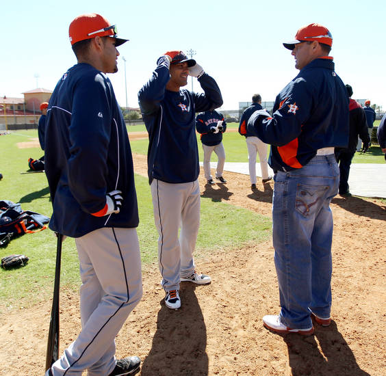 Former Houston Astros pitcher Roger Clemens, right, talks with infielder Carlos Pena, center, and outfielder J.D. Martinez during baseball spring training, Sunday, Feb. 17, 2013, in Kissimmee, Fla. Clemens attended Astros workouts as a special instructor. (AP Photo/Houston Chronicle, Karen Warren)  MANDATORY CREDIT