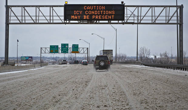 WINTER WEATHER / ICY ROADS / STREETS / INTERSTATE 44: The ice-covered roads kept traffic at a minimum on I-44 during the morning commute on Tuesday, Jan. 27, 2009, in Oklahoma City, Okla.  PHOTO BY CHRIS LANDSBERGER, THE OKLAHOMAN  ORG XMIT: KOD