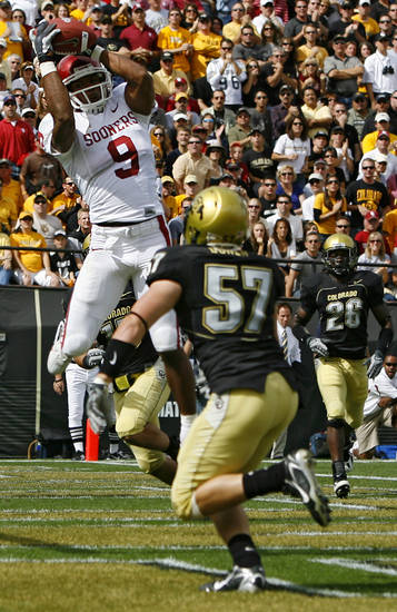 Oklahoma's Juaquin Iglesias (9) pulls in a touchdown over Colorado's Jake Duren (57) during the first half of the college football game between the University of Oklahoma Sooners (OU) and the University of Colorado Buffaloes (CU) at Folsom Field on Saturday, Sept. 28, 2007, in Boulder, Co.  By Bryan Terry, The Oklahoman