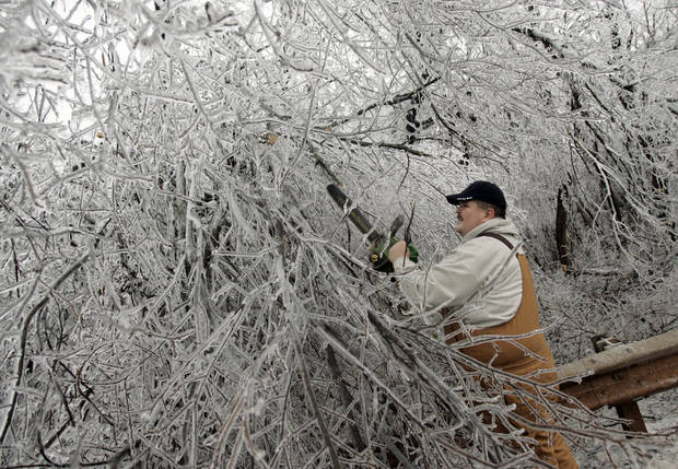 WINTER / COLD / WEATHER / ICE STORM 2007, DAMAGE: Luther assistant fire chief Brian Martin trims iced-over branches along Route 66 during a winter storm, in Luther, Okla., Tuesday, December 11, 2007. By Matt Strasen, The Oklahoman ORG XMIT: KOD