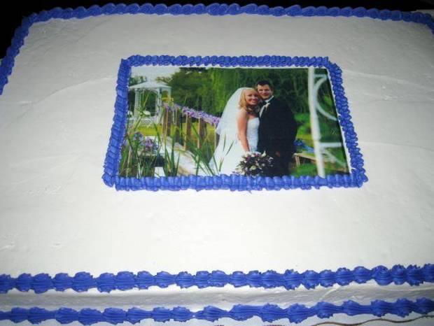 PICTURE PERFECT...Another cake at the wedding reception. (Photo by  Helen Ford Wallace).