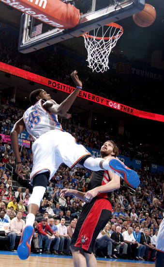 Oklahoma City&#039;s Kevin Durant (35) shoots as Toronto&#039;s Aaron Gray (34) 