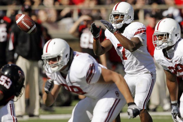 OU's DeMarco Murray (7) takes a snap during the college football game between the University of Oklahoma Sooners (OU) and the Texas Tech University Red Raiders (TTU) at Jones AT&T Stadium in Lubbock, Texas, Saturday, Nov. 21, 2009. Photo by Nate Billings, The Oklahoman