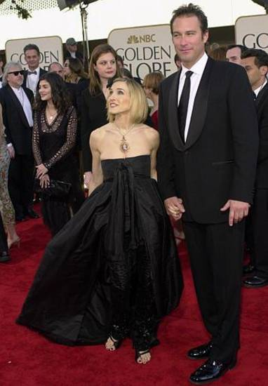 "Actress Sarah Jessica Parker and actor John Corbett, stars of television's ""Sex and the City,"" arrive at the 59th Annual Golden Globe Awards in Beverly Hills, Calif., Sunday, Jan. 20, 2002. (AP Photo/Kevork Djansezian)"
