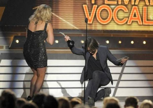 Keith Urban presents Miranda Lambert with the female vocalist of the year trophy. (AP photos)
