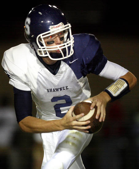 Shawnee quarterback Brayle Brown (2) scrambles during the high school football game between Carl Albert and Shawnee, Friday, Oct. 3, 2008, at Carl Albert High School in Midwest City, Okla. BY SARAH PHIPPS, THE OKLAHOMAN ORG XMIT: KOD