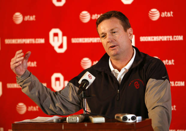 Sooner head coach Bob Stoops talks about his commitments on High School Signing day at the Stadium Club of Gaylord Family, Oklahoma Memorial Stadium at the University of Oklahoma in Norman, Okla. on Wednesday, Feb. 4, 2009.    Photo by Steve Sisney, The Oklahoman ORG XMIT: kod