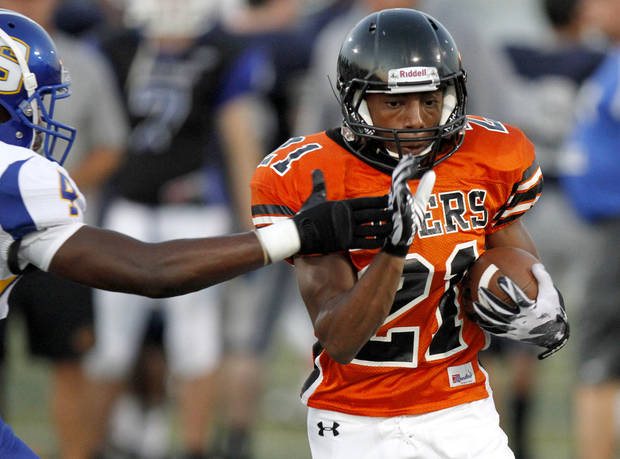 Norman's Imond Robinson goes past Stillwater's Trevon Dickson during a high school football scrimmage in Norman, Okla., Friday, August 26, 2011. Photo by Bryan Terry, The Oklahoman ORG XMIT: KOD