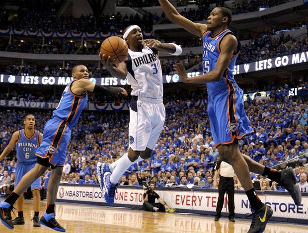 Jason Terry (31) of Dallas goes between Oklahoma City's Russell Westbrook (0) and Kevin Durant (35) during game 5 of the Western Conference Finals in the NBA basketball playoffs between the Dallas Mavericks and the Oklahoma City Thunder at American Airlines Center in Dallas, Wednesday, May 25, 2011. Photo by Bryan Terry, The Oklahoman ORG XMIT: KOD
