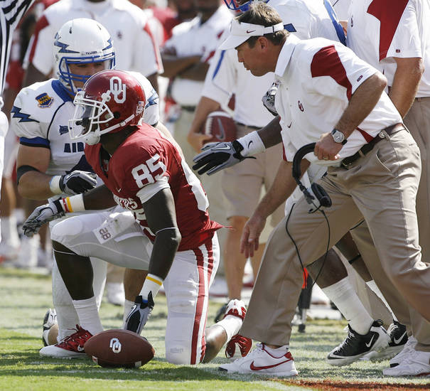 Head coach Bob Stoops congratulates Ryan Broyles after a catch and run during the first half of the college football game between the University of Oklahoma Sooners (OU) and the Air Force Falcons at Gaylord Family-Oklahoma Memorial Stadium on Saturday, Sept. 18, 2010, in Norman, Okla.   Photo by Steve Sisney, The Oklahoman