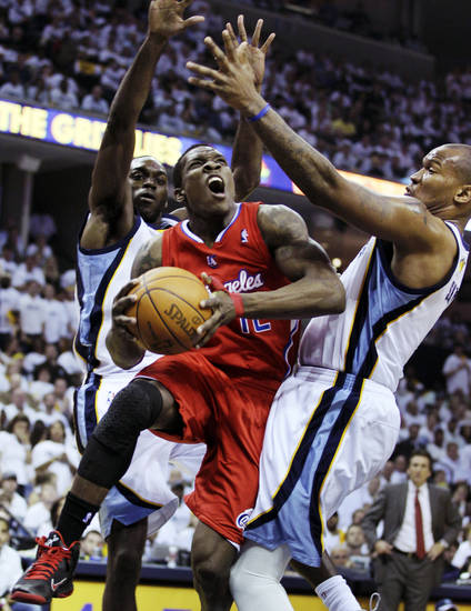 Los Angeles Clippers' Eric Bledsoe, center, goes to the basket between Memphis Grizzlies' Quincy Pondexter, left, and Marreese Speights, right, during the first half of Game 2 in their first-round NBA basketball playoff series in Memphis, Tenn., Wednesday, May 2, 2012. (AP Photo/Danny Johnston)