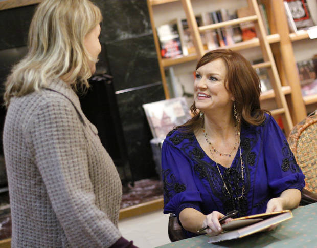 Melanie Wilkerson  talks with Ree Drummond, The Pioneer Woman, signs copies of her cookbook at Full Circle book store Thursday, Oct. 29, 2009 for hundreds of people who showed up. Photo by Doug Hoke, The Oklahoman