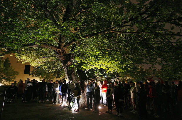 Marathon participants gather under the Survivors Tree for a prayer service before the eighth annual Oklahoma City Memorial Marathon on Sunday , April 27, 2008, in Oklahoma City, Okla.   PHOTO BY CHRIS LANDSBERGER   ORG XMIT: KOD