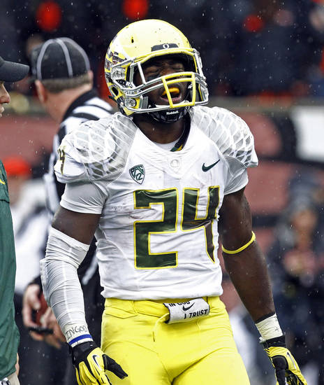 Oregon running back Kenjon Barner walks off the field after he was hurt on a play during the first half of an NCAA college football game against Oregon State in Corvallis, Ore., Saturday, Nov. 24, 2012.(AP Photo/Don Ryan)