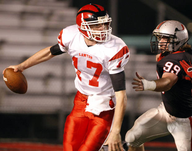 CLASS 6A HIGH SCHOOL FOOTBALL PLAYOFFS: Lawton quarterback Cody Miller (17) is hurried by Union defensive lineman Dalton Davis during the Lawton-Union football playoff game at Union Tuttle Stadium, in Tulsa on Friday, Nov. 20, 2009. CORY YOUNG/Tulsa World