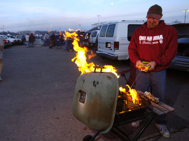 Kansas City , MU, Saturday December 6, 2003.The University of Oklahoma against Kansas State University (KSU) during the Big 12 college football championship game at Arrowhead Stadium.       OU FAN, FANS, TAILGATING: Larry Pruitt of Ponca City gets a fire started to stay warm before the game.  Staff photo by Bryan Terry