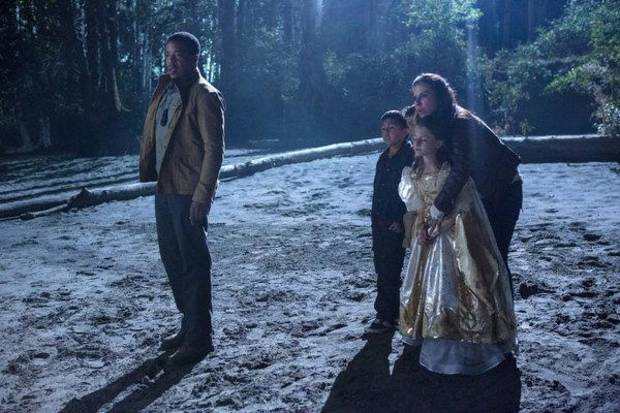 "GRIMM -- ""La Llorona"" Episode 209 -- Pictured: (l-r) Russell Hornsby as Hank Griffin, Kate del Castillo as Valentina Espinosa -- (Photo by: Scott Green/NBC)"