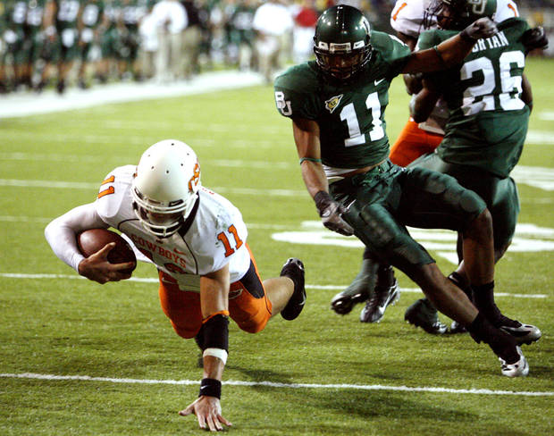 Quarterback Zac Robinson scores on a keeper during first half action in the college football game between Oklahoma State University and Baylor University at Floyd Casey Stadium in Waco, Texas, Saturday, Nov. 17, 2007. BY STEVE SISNEY, THE OKLAHOMAN