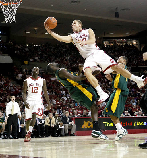 OU's Blake Griffin goes between Baylor's Quincy Acy, left, and Curtis Jerrells as Juan Pattillo of OU watches during the Big 12 college basketball game between the University of Oklahoma and Baylor University in Norman, Okla., Saturday, Jan. 24, 2009. PHOTO BY BRYAN TERRY, THE OKLAHOMAN