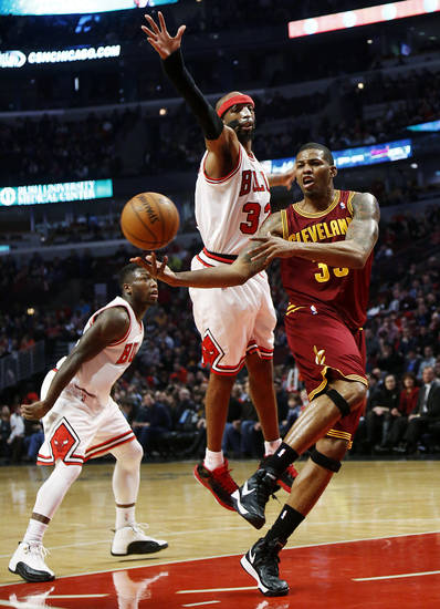 Cleveland Cavaliers' Alonzo Gee, right, makes a pass while being defended by Chicago Bulls' Richard Hamilton during the second quarter of their NBA basketball game, Tuesday, Feb. 26, 2013, in Chicago. (AP Photo/Charles Cherney)