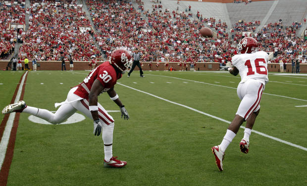 SPRING FOOTBALL / COLLEGE FOOTBALL: Jaz Reynolds (16) catches a pass and runs for a touchdown in front of Javon Harris (30) during the University of Oklahoma (OU) football team's annual Red and White Game at Gaylord Family - Oklahoma Memorial Stadium on Saturday, April 14, 2012, in Norman, Okla.  Photo by Steve Sisney, The Oklahoman
