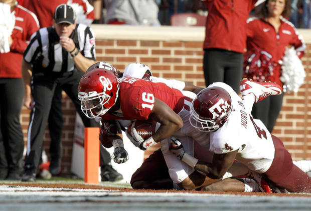 Oklahoma's Jaz Reynolds (16) scores a touchdown in front of Texas A&M's Toney Hurd Jr. (4) during the college football game between the Texas A&M Aggies and the University of Oklahoma Sooners (OU) at Gaylord Family-Oklahoma Memorial Stadium on Saturday, Nov. 5, 2011, in Norman, Okla. Oklahoma won 41-25. Photo by Bryan Terry, The Oklahoman ORG XMIT: KOD