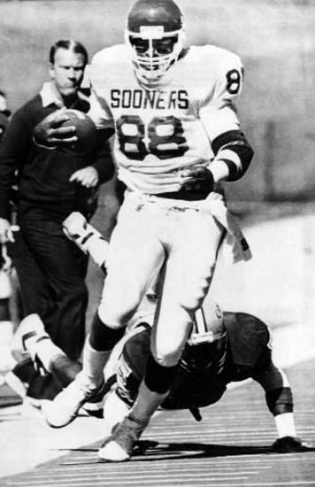 OU's Keith Jackson outruns Iowa State's Lopey Williams as Barry Switzer looks on. Photo by Doug Hoke, The Oklahoman, 1987.