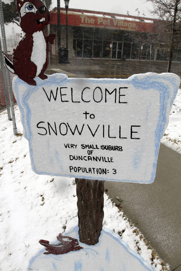 Christmas Day snow falls on Main Street in Duncanville, Texas on Tuesday, Dec. 25, 2012. (AP Photo/The Dallas Morning News, Irwin Thompson)  MANDATORY CREDIT; MAGS OUT; TV OUT; INTERNET OUT; AP MEMBERS ONLY