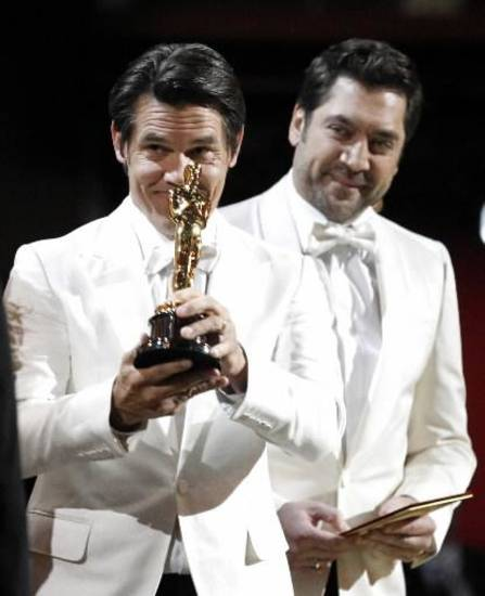 Josh Brolin and Javier Bardem present an Oscar.