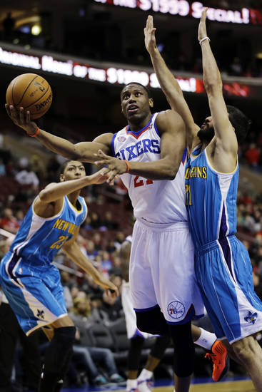 Philadelphia 76ers' Thaddeus Young, center, drives to the basket between New Orleans Hornets' Greivis Vasquez, right, of Venezuela, and Anthony Davis (23) during the first half of an NBA basketball game, Tuesday, Jan. 15, 2013, in Philadelphia. (AP Photo/Matt Slocum)