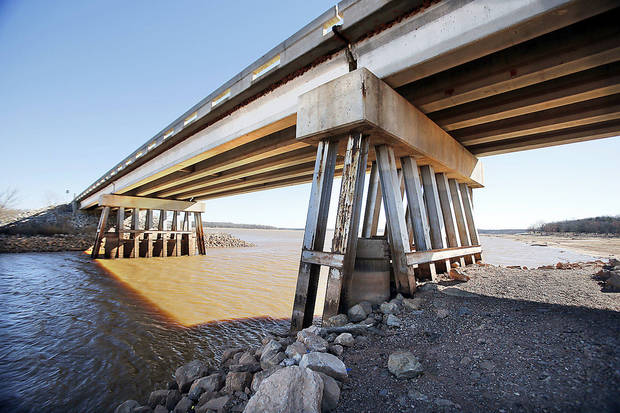 The twin bridges on Alameda Street at Lake Thunderbird show a receding shoreline. PHOTO BY STEVE SISNEY, THE OKLAHOMAN <strong>STEVE SISNEY</strong>