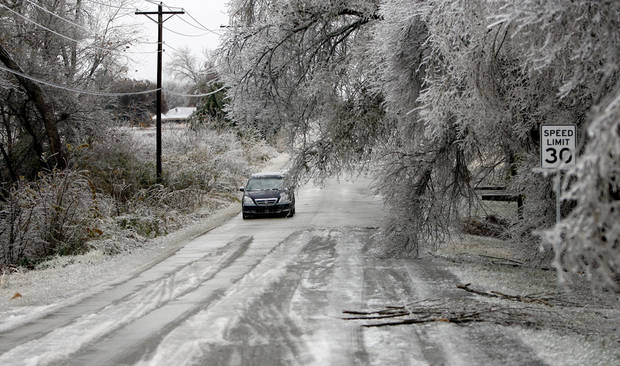 WINTER / COLD / WEATHER / ICE STORM: A car drives up Smiling Hills Boulevard on Monday, December 10, 2007 in Edmond, Okla. By Sarah Phipps, The Oklahoman  ORG XMIT: KOD