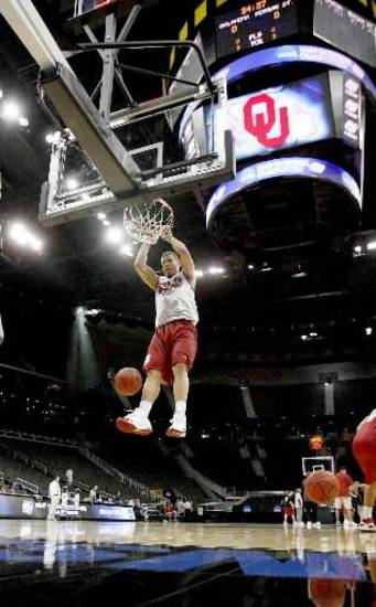 OU&#039;s  Blake  Griffin dunks the ball during practice before the first round of the men&#039;s NCAA tournament in Kansas City, Mo., Wednesday, March 18, 2009. Oklahoma will play Morgan State on Thursday, March 19, 2009. PHOTO BY BRYAN TERRY