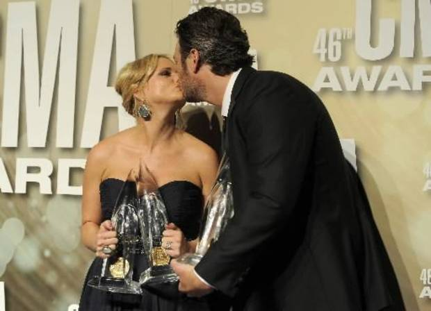 Lambert and Shelton kiss backstage at the CMA Awards.