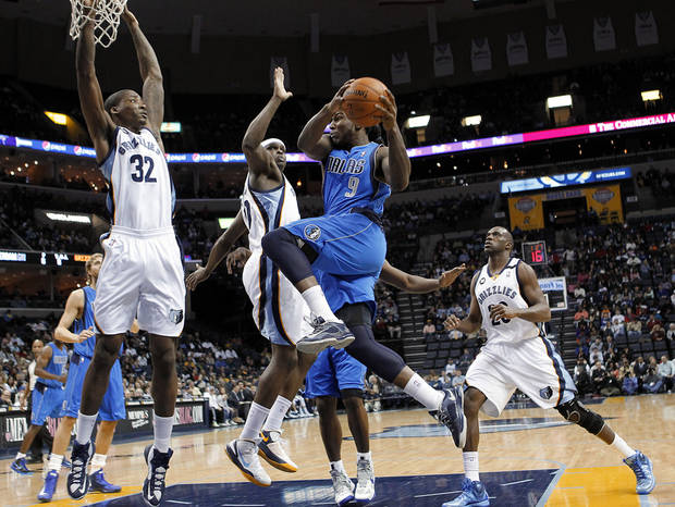 Dallas Mavericks forward Jae Crowder (9) goes to the basket against Memphis defenders Ed Davis (32), Zach Randolph, center, and Quincy Pondexter (20) during the first half of an NBA basketball game Wednesday, Feb. 27, 2013, in Memphis, Tenn. (AP Photo/Lance Murphey)