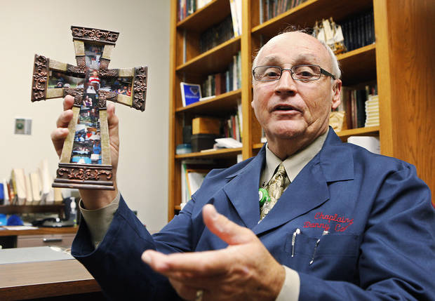 Chaplain Danny Cavett holds a cross presented to him during a Camp Cavett. Photo by David McDaniel, the Oklahoman Archives  <strong>David McDaniel</strong>