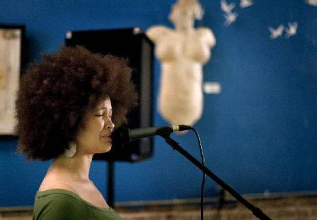 Singer Ashlee Madison performs at Dreamer Concepts Art Gallery in 2008. Madison was killed in a car wreck in April and will be honored by her band members at Jazz in June this week in Norman. OKLAHOMAN ARCHIVE PHOTO BY BRYAN TERRY. <strong></strong>
