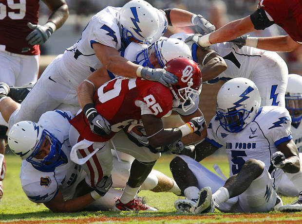 Oklahoma&#039;s Ryan Broyles (85) hauls part of the Air Force defense to get a first down after a reception during the first half of the college football game between the University of Oklahoma Sooners (OU) and the Air Force Falcons at the Gaylord Family - Memorial Stadium on Saturday, Sept. 18, 2010, in Norman, Okla.   Photo by Chris Landsberger, The Oklahoman 