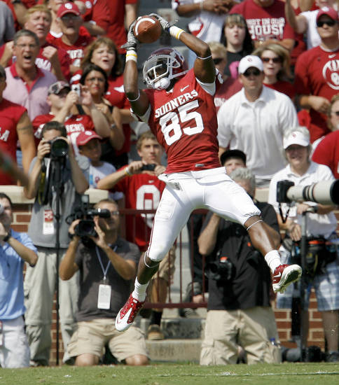 OU's Ryan Broyles catches a pass for a touchdown during the first half of the college football game between the University of Oklahoma Sooners (OU) and Florida State University Seminoles (FSU) at the Gaylord Family-Oklahoma Memorial Stadium on Saturday, Sept. 11, 2010, in Norman, Okla.   Photo by Bryan Terry, The Oklahoman