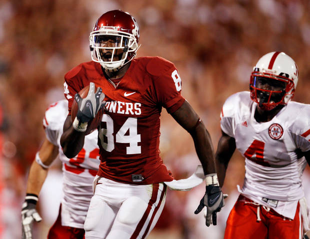Quentin  Chaney scores on a pass during the first half of the college football game between the University of Oklahoma Sooners (OU) and the University of Nebraska Huskers (NU) at the Gaylord Family Memorial Stadium, on Saturday, Nov. 1, 2008, in Norman, Okla. BY STEVE SISNEY, THE OKLAHOMAN